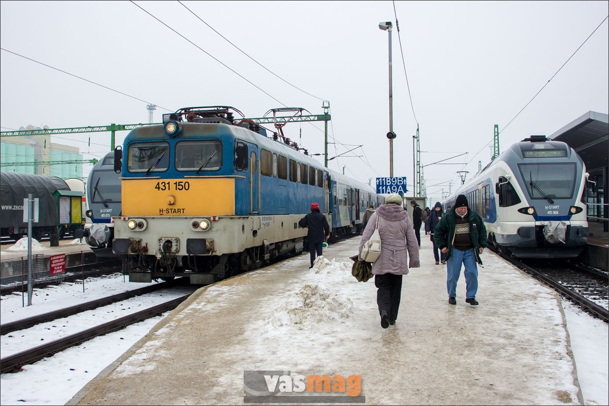 Csúszkálnak az utasok az ideiglenes peronról lefelé jövet.
