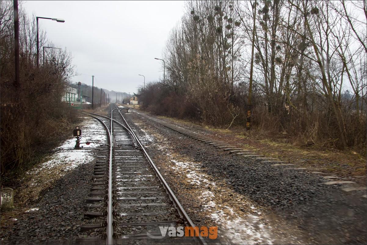 De vonattal már nem lehet bemenni a tabi tartálygyárba. A síneket felszedték, már csak az ágyazat és a betonaljak mutatják az utat. Balra a Kapoly-Táp iparvágánya nyílik, de most ezen sincs forgalom.